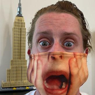 Macaulay Culkin posa com máscara de personagem de 'Esqueceram de mim' — Foto: Reprodução/Instagram